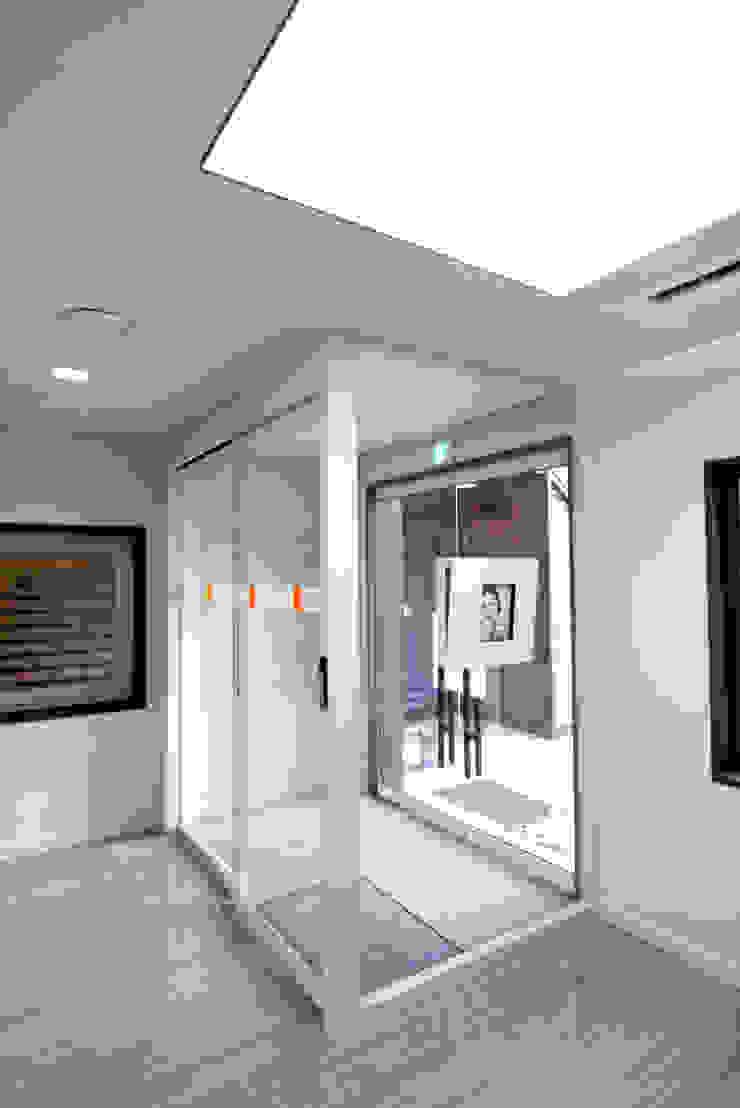 Locaux commerciaux & Magasin modernes par IDA - 아이엘아이 디자인 아틀리에 Moderne MDF