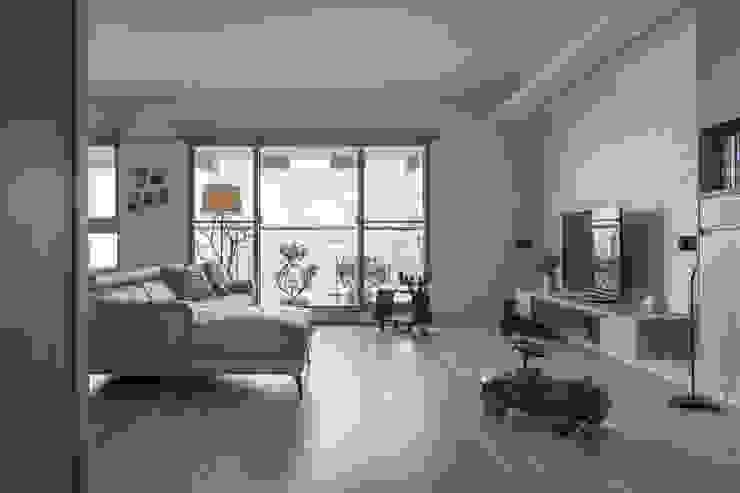木製地板與石磚電視牆 詩賦室內設計 Modern living room