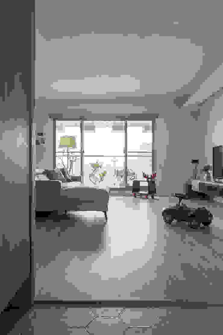 大片落地窗通往陽台並讓室內充滿自然光 现代客厅設計點子、靈感 & 圖片 根據 詩賦室內設計 現代風