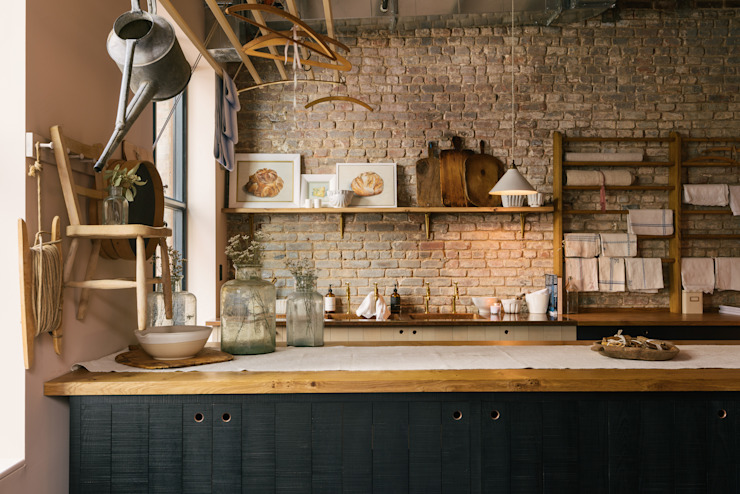 The Potting Shed in Manhattan:  Kitchen by deVOL Kitchens, Rustic Solid Wood Multicolored