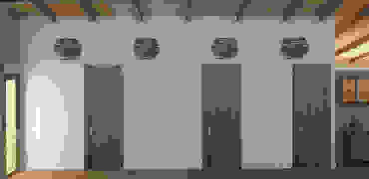Espectacular pasillo. Pasillos, vestíbulos y escaleras de estilo mediterráneo de arQmonia estudio, Arquitectos de interior, Asturias Mediterráneo
