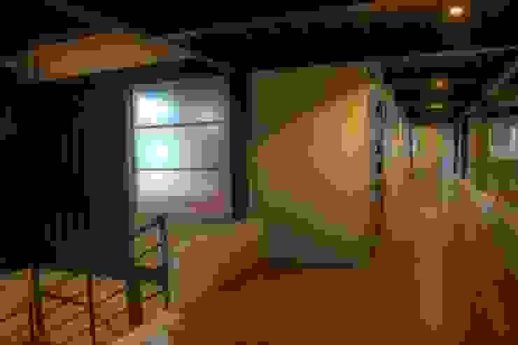 Con Contenedores S.A. de C.V. Pasillos, vestíbulos y escaleras de estilo industrial
