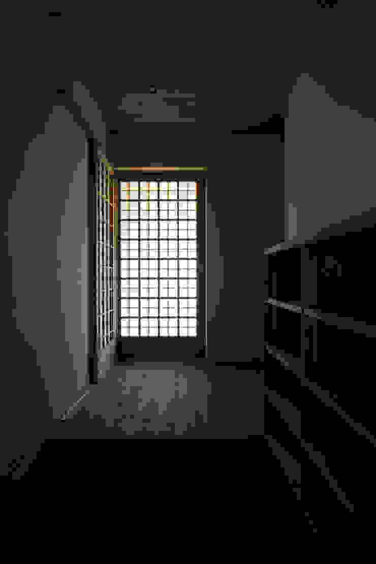 岩井文彦建築研究所 Asian style corridor, hallway & stairs