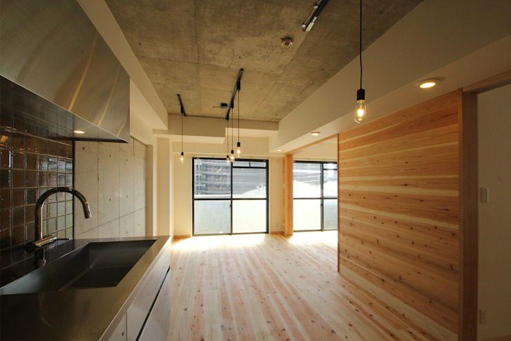 Minimalist living room by 三浦喜世建築設計事務所 Minimalist Wood Wood effect
