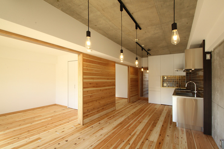 Minimalist dining room by 三浦喜世建築設計事務所 Minimalist Wood Wood effect