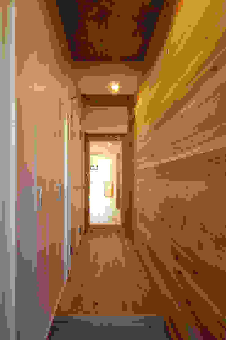 Pasillos, vestíbulos y escaleras de estilo minimalista de 三浦喜世建築設計事務所 Minimalista Madera Acabado en madera