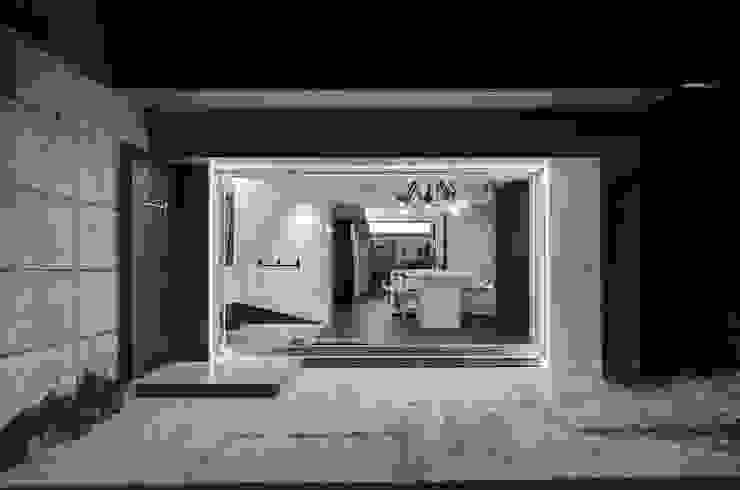 奕所設計的辦公室門面 根據 奕所設計有限公司 簡約風 玻璃