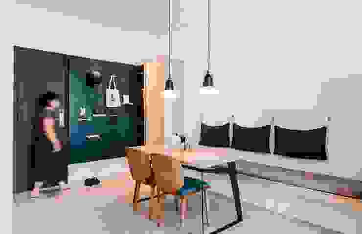 Pasillos, vestíbulos y escaleras de estilo escandinavo de MSBT 幔室布緹 Escandinavo Metal