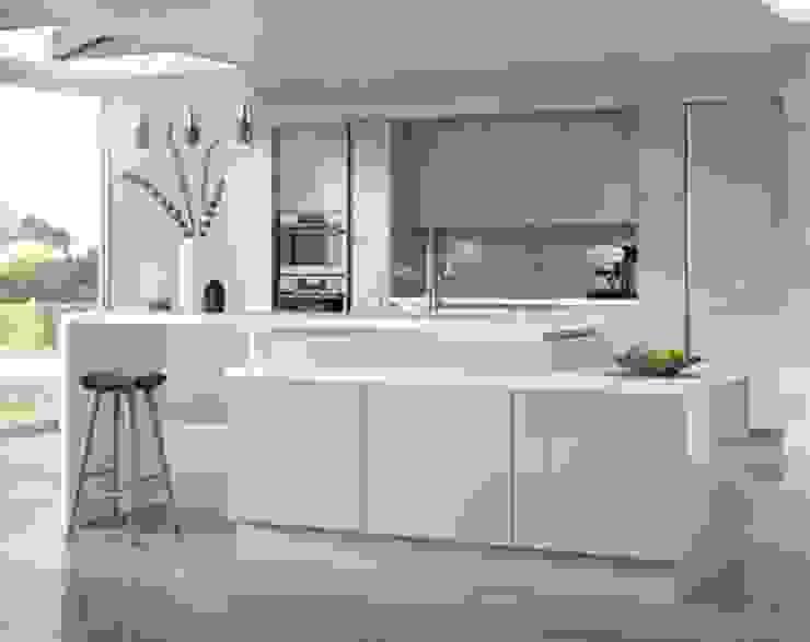 hi gloss impact kitchen with quartz tops by ATLAS KITCHENS Minimalist MDF