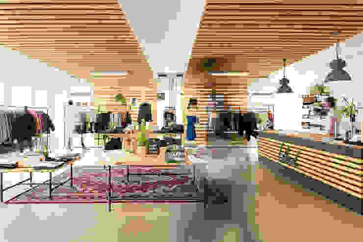 Interior design BLEED Clothing edictum - UNIKAT MOBILIAR Commercial Spaces Wood Beige