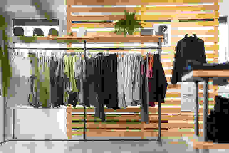 Interior design BLEED Clothing edictum - UNIKAT MOBILIAR Modern offices & stores Iron/Steel Grey