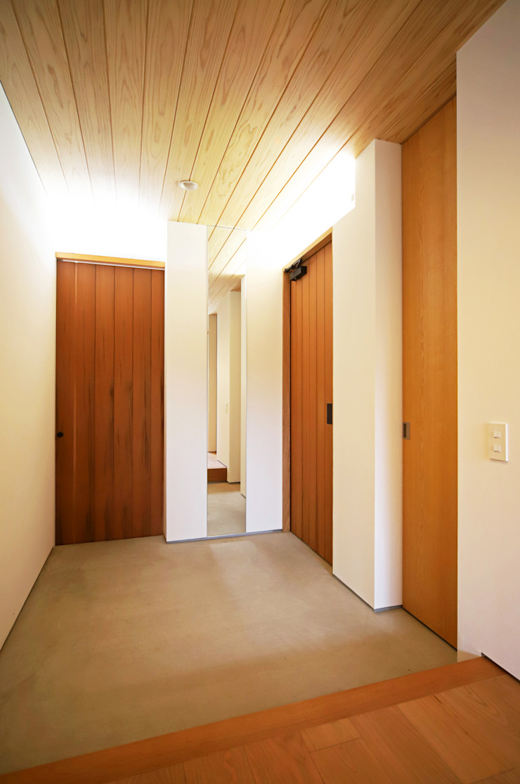 Modern Corridor, Hallway and Staircase by kisetsu Modern Wood Wood effect
