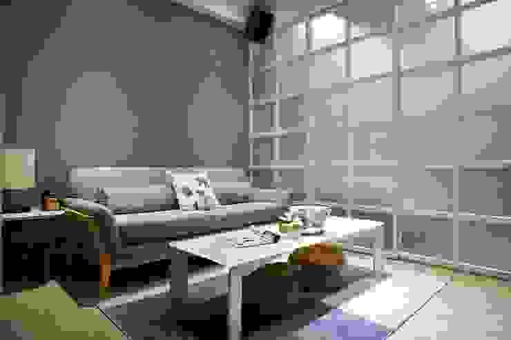 以低調的灰藍作為客廳牆面主體色:  客廳 by 弘悅國際室內裝修有限公司, 北歐風