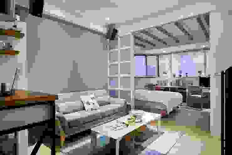 拉門打開後就能看見臥室與工作空間:  小臥室 by 弘悅國際室內裝修有限公司, 北歐風