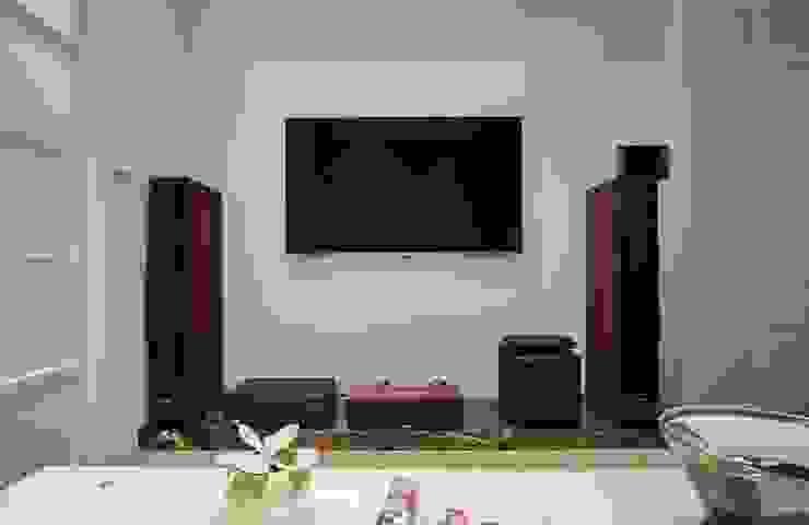 簡單的電視牆面不做過多裝飾:  牆面 by 弘悅國際室內裝修有限公司, 北歐風