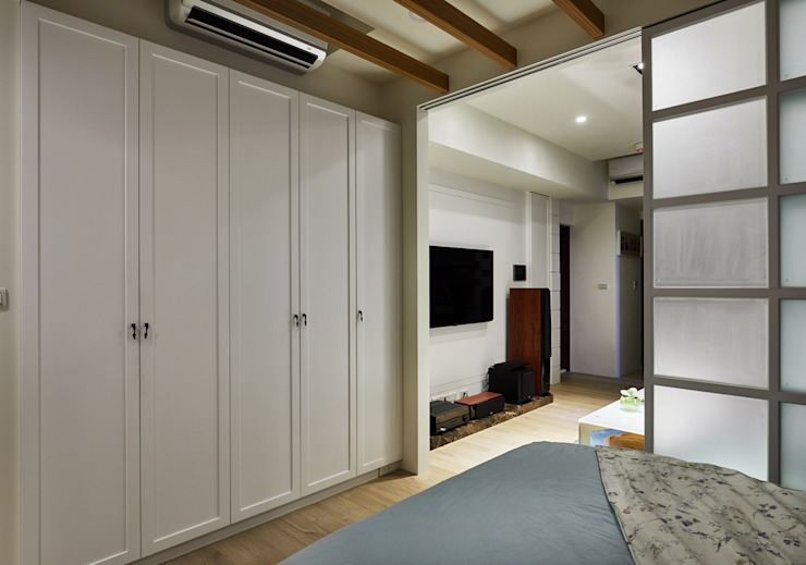 大片的系統櫃讓小空間也能收納整齊不雜亂: 斯堪的納維亞  by 弘悅國際室內裝修有限公司, 北歐風