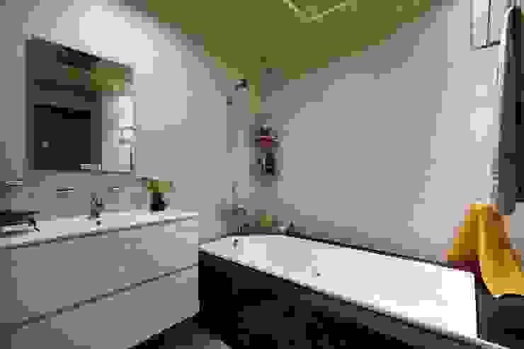 小空間也能擁有紓壓的泡澡浴缸:  浴室 by 弘悅國際室內裝修有限公司, 北歐風