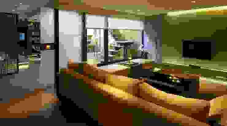 大片落地窗將露臺的自然光帶入 根據 鼎爵室內裝修設計工程有限公司 日式風、東方風