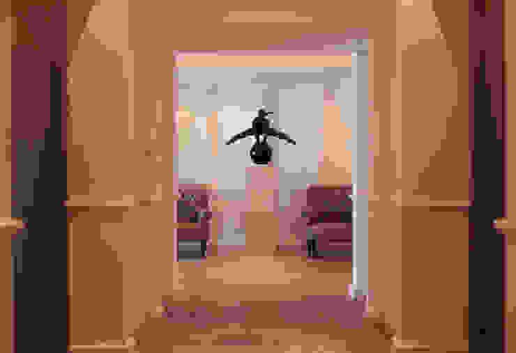 Vestíbulo principal Indigo Creative Studio Pasillos, vestíbulos y escaleras clásicas Madera Beige