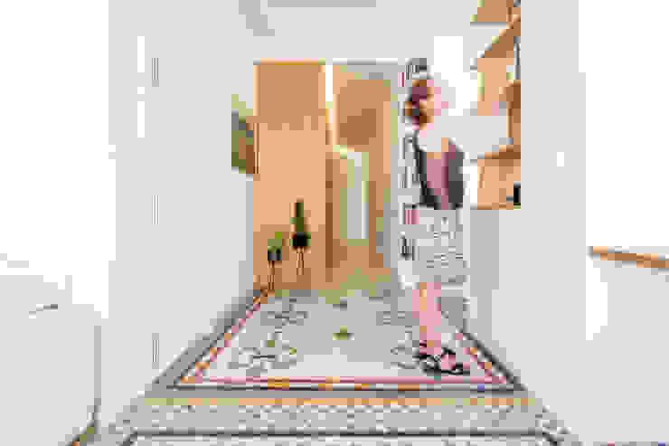 Zona de entrada con estantería separadora. Pasillos, vestíbulos y escaleras de estilo moderno de DonateCaballero Arquitectos Moderno