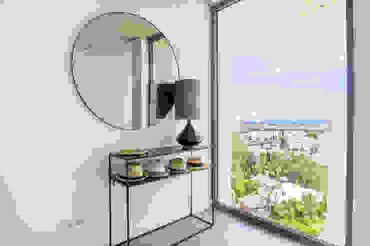Villa de lujo en Marbella Pasillos, vestíbulos y escaleras de estilo minimalista de JCCalvente Minimalista