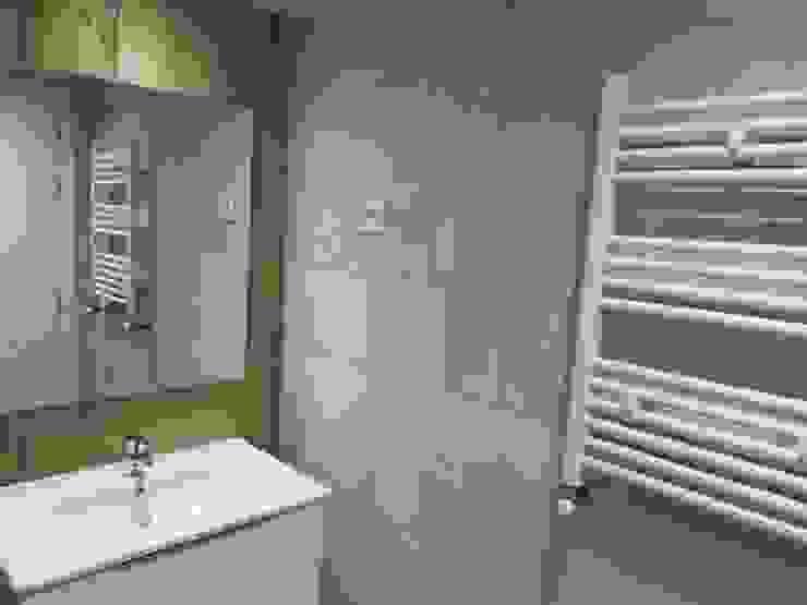 Baños de estilo moderno de CISOYER Moderno