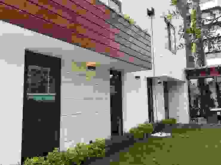 fachada lateral DE LEON PRO Casas modernas
