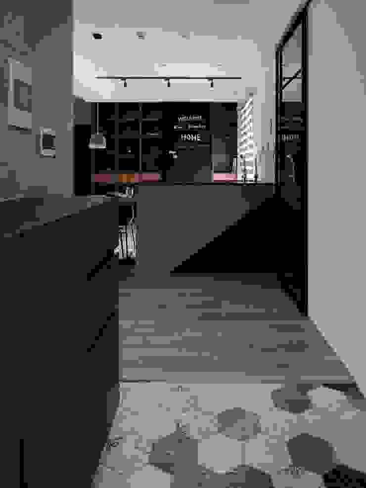 六角磚 Modern Corridor, Hallway and Staircase by 極簡室內設計 Simple Design Studio Modern