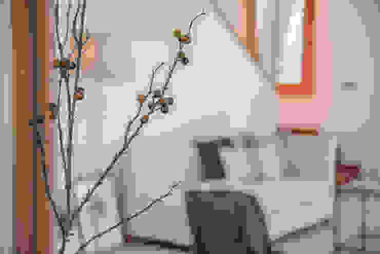 Mirna Casadei Home Staging 现代客厅設計點子、靈感 & 圖片