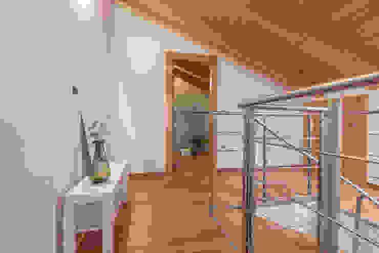 Mirna Casadei Home Staging 現代風玄關、走廊與階梯