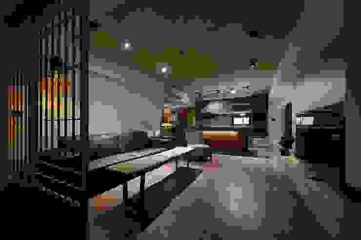 木柵門將入門玄關與客廳隔開:  客廳 by 直方設計有限公司, 日式風、東方風