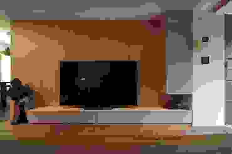 木質電視牆後是儲存空間:  牆面 by 直方設計有限公司, 日式風、東方風