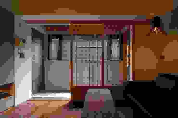 玄關使用石板地與客廳木質地板做區分:  客廳 by 直方設計有限公司, 日式風、東方風