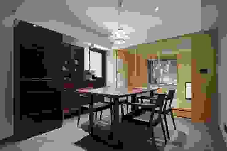 餐廳旁還有一和室空間可以做為泡茶談天的好地方:  餐廳 by 直方設計有限公司, 日式風、東方風
