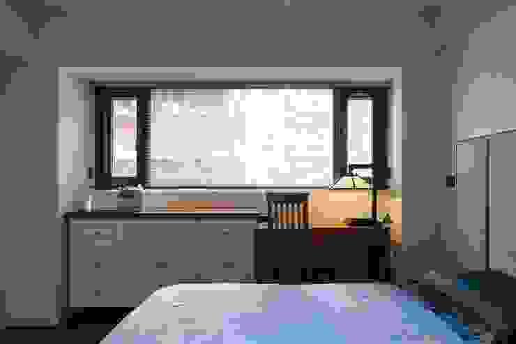 窗下設置書桌與儲物櫃:  小臥室 by 直方設計有限公司, 日式風、東方風