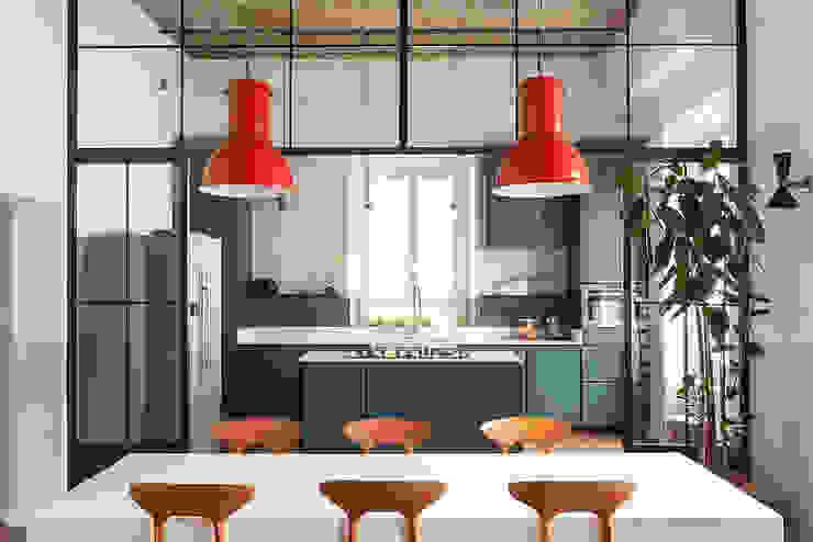 Cucina a vista sul salone Manuela Tognoli Architettura Soggiorno in stile industriale