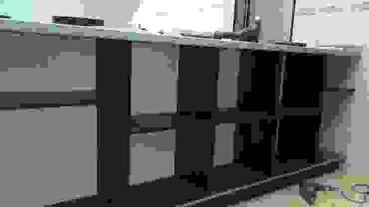 Ensamble armarios auxiliar de cocina de NetCom Construcciones Moderno