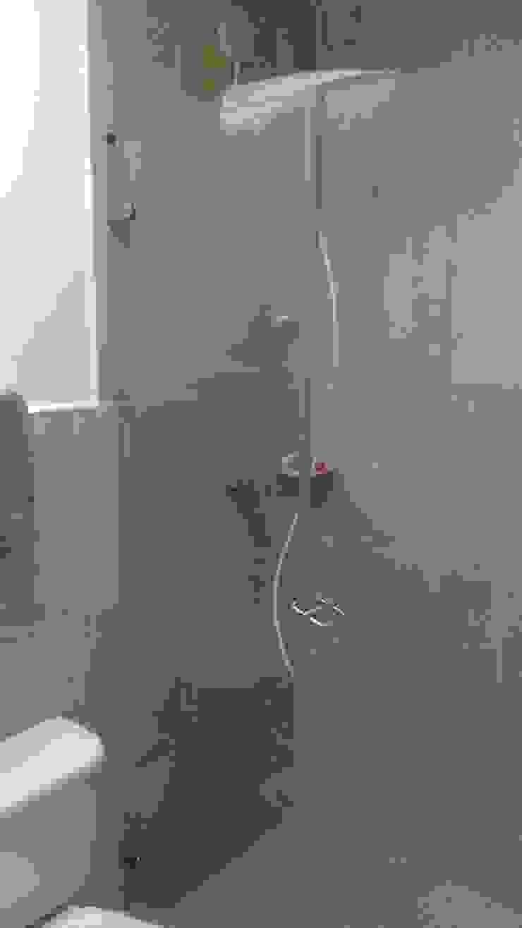 Instalación de división de ducha en vidrio templado Baños de estilo moderno de NetCom Construcciones Moderno