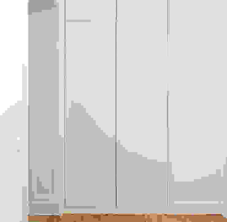 走廊 & 玄關 by GANTZ - Regale und Einbauschränke nach Maß, 現代風 複合木地板 Transparent