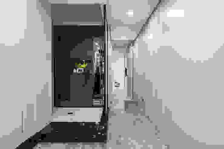 玄關 現代風玄關、走廊與階梯 根據 你你空間設計 現代風 木頭 Wood effect