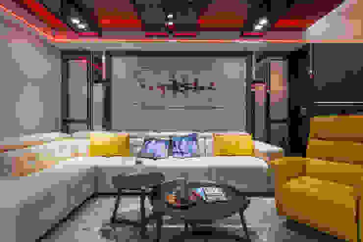 台北老屋翻新變身現代質感宅 现代客厅設計點子、靈感 & 圖片 根據 你你空間設計 現代風 鐵/鋼