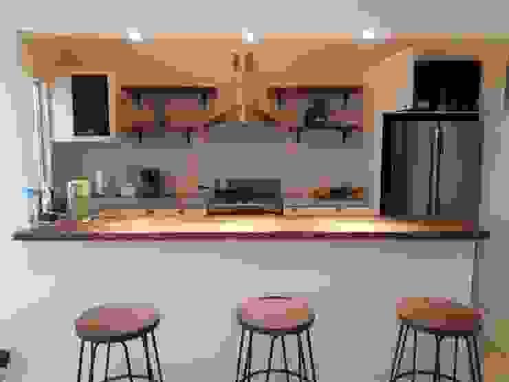 Cocina clásica con barra de parota.: Cocinas pequeñas de estilo  por ADAO, Clásico Madera Acabado en madera