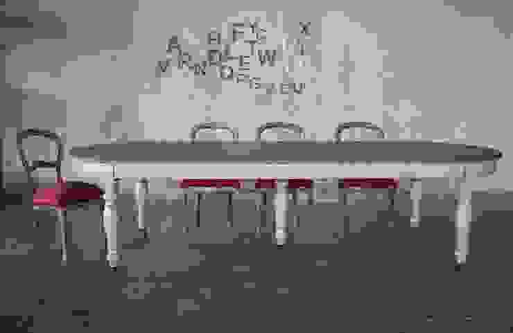 Tavolo ovale stile inglese, gambe tornite, due colori, bianco e rovere massello Giardino d'inverno in stile rurale di Mobili a Colori Rurale Legno massello Variopinto