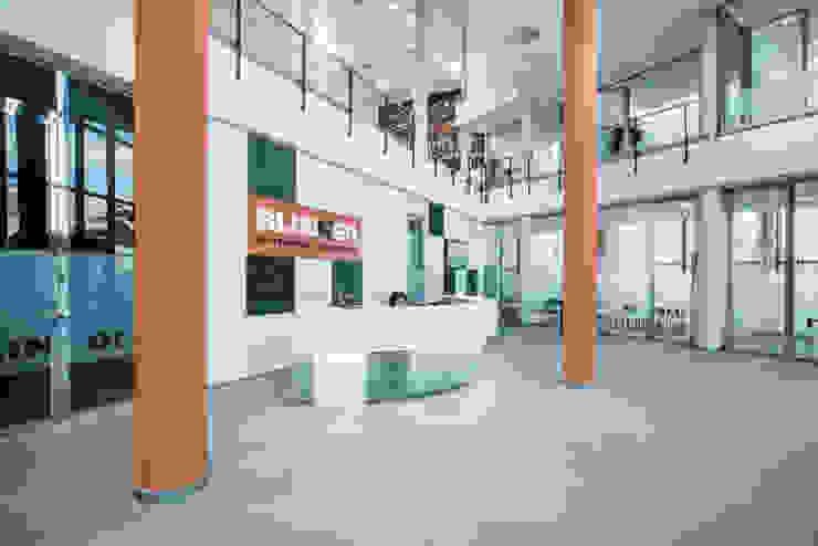 Diseño de entrada y recepción principal a oficinas Tono Lledó Estudio de Interiorismo en Alicante Edificios de oficinas de estilo moderno Naranja
