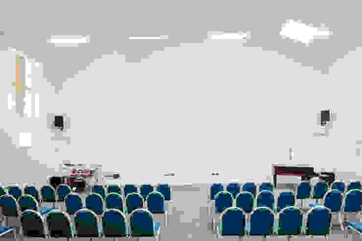 Dorchester Community Church Salas multimedia de estilo moderno de Hart Design and Construction Moderno
