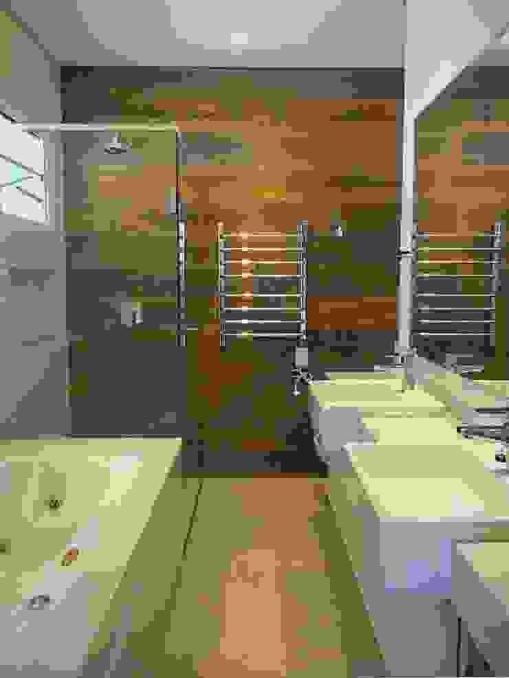 Baños modernos de Mazorra Studio Moderno