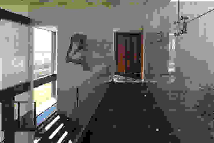 Modern corridor, hallway & stairs by Echauri Morales Arquitectos Modern