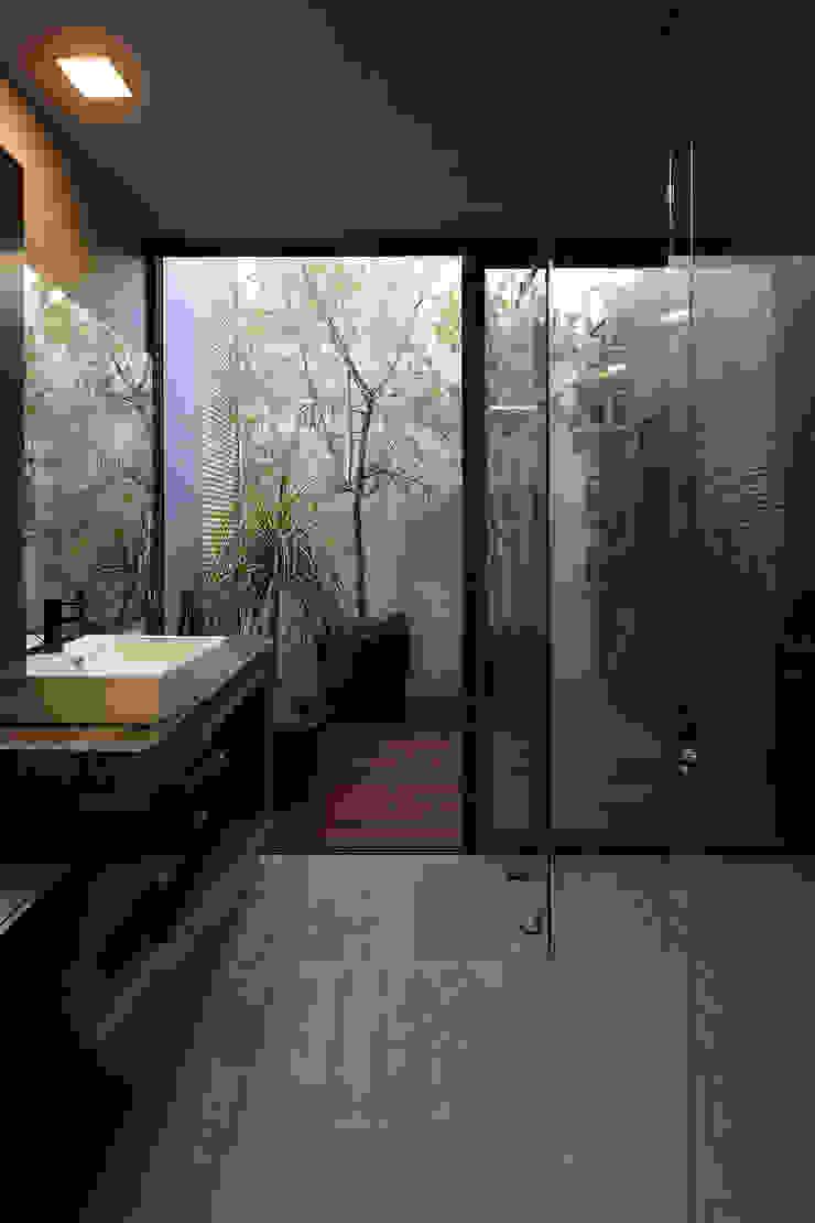 Modern bathroom by Echauri Morales Arquitectos Modern