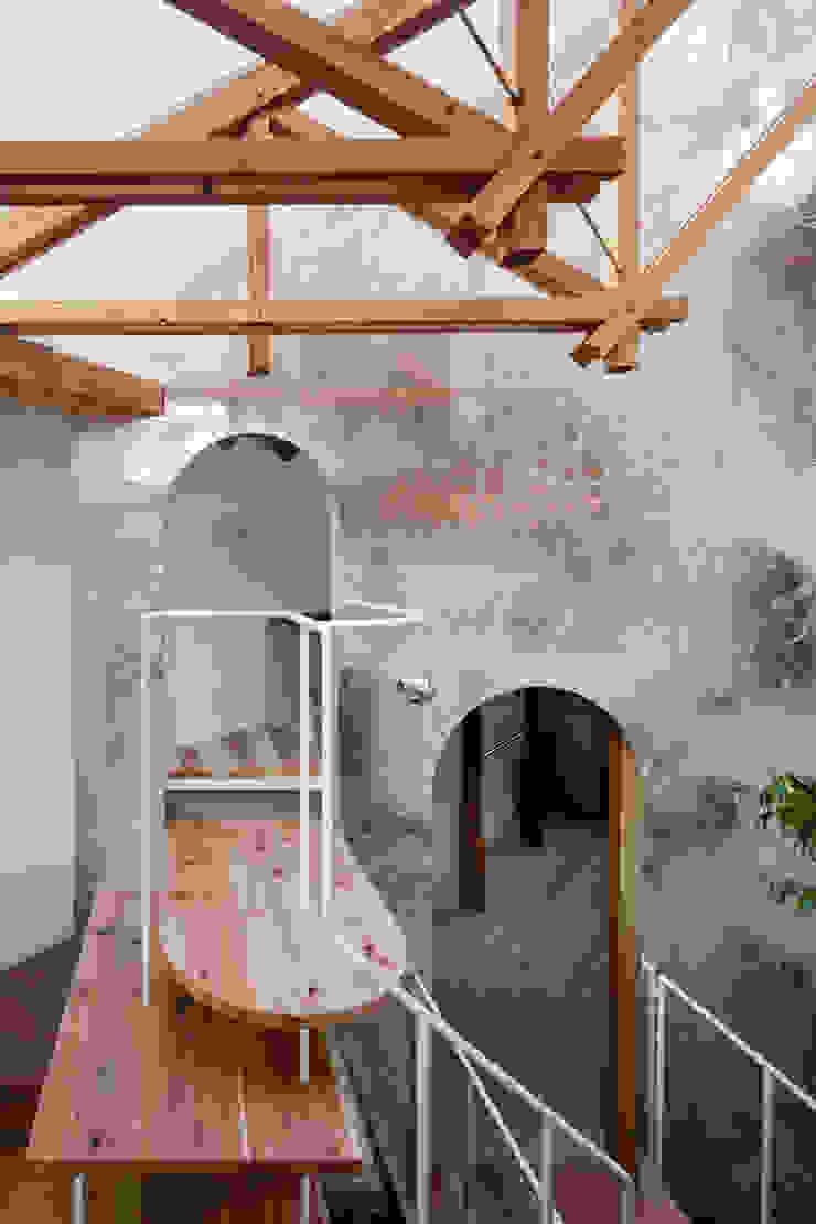 Asian style corridor, hallway & stairs by FUMIASO ARCHITECT & ASSOCIATES/ 阿曽芙実建築設計事務所 Asian Wood Wood effect