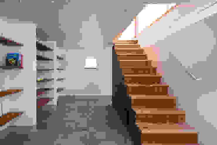 FUMIASO ARCHITECT & ASSOCIATES/ 阿曽芙実建築設計事務所 Ingresso, Corridoio & Scale in stile eclettico